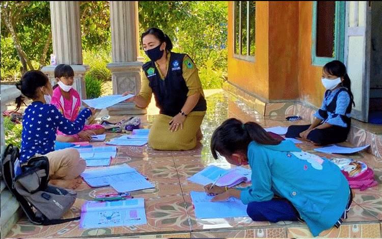 Guru Pendidikan Agama Hindu Kemenag Kapuas saat memberikan materi pembelajaran kepada siswa secara Luring.