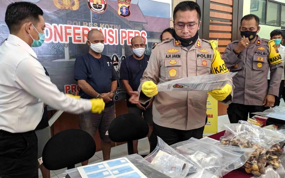 Ekspos kasus pemalsuan dokumen kependudukan di Polres Kotim, Senin, 24 Agustus 2020.