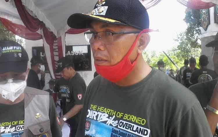 Wakil Bupati Katingan Sunardi Litang saat memberikan keterangan pada pelepasan peserta jelajah konservasi Katingan untuk Borneo