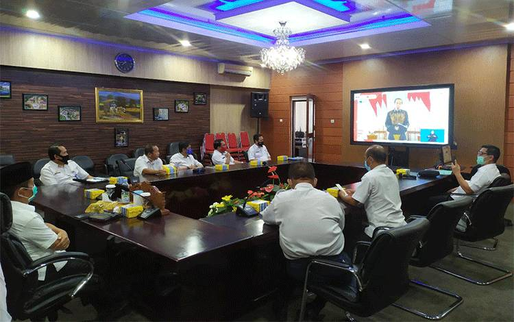 Kegiatan rapat secara virtual yang diikuti Wakil Bupati Rejikinnor, S..Sos bersama jajaran dalam rangka pencanangan Aksi Nasional Pencegahan Korupsi yang dibuka Presiden RI Joko Widodo. (Foto Trisno)