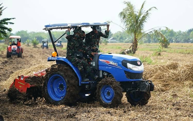 Personel Kodim 1011 Kuala Kapuas dan petani saat ikuti pelatihan gunakan Alsintan jenis handtraktor rotary di Desa Anjir Serapat, Kecamatan Kapuas Timur.