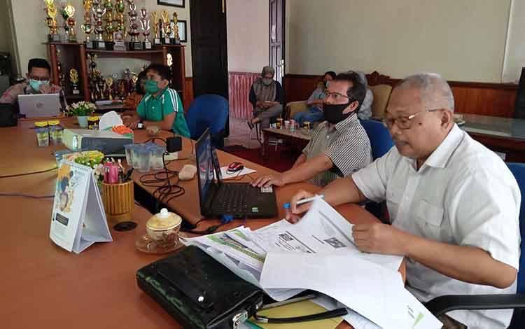 Kepala Dinas Pertanian Kabupaten Barito Timur, Riza Rahmadi saat mengikuti Webinar