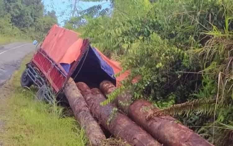 Sebuah turuk bermuatan kayu log milik peruhaan PT HPL ketika terperosok di parit saat melintasilintas Kuala Kurun - Palangka Raya, tepatnya Desa Rabauh, Kecamatan Sepang, Kabupaten Gunung Mas pada Senin, 24 Agustus 2020.