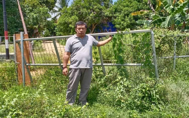 Anggota DPRD Barito Timur, Wahyudinnoor di lapangan sepakbola Temanggung Guntum Lebo yang tidak terurus