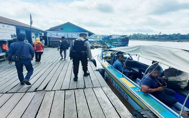 Anggota Satsabhara Polres Barito Utara memberikan imbauan mengenai protokol kesehatan di Pelabuhan Muara Teweh dan satpam bank