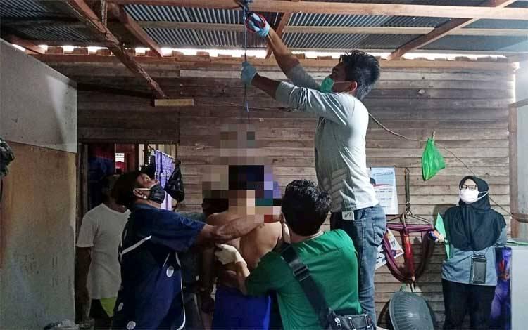 Korban gantung diri di Desa Kanamit saat dievakuasi