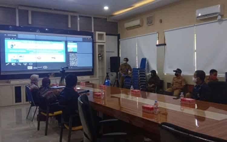 Suasana kegiatan Kick Off Sensus Penduduk 2020 secara online seluruh kabupaten/kota se Kalteng yang juga diikuti oleh Bupati Kobar Nurhidyah di Aula Setda Kobar, Senin, 32 Agustus 2020.