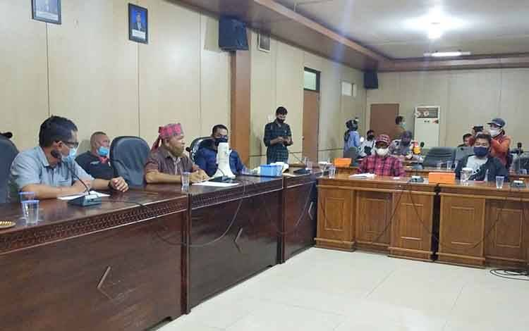 Perwakilan pendemo saat menyampaikan tuntutannya kepada DPRD Barito Timur