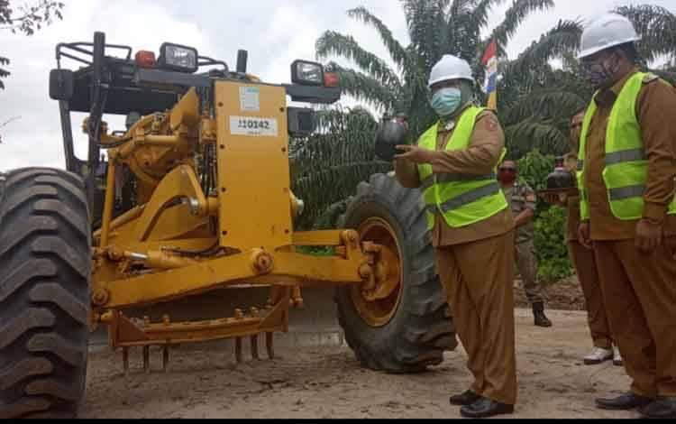 Bupati Kobar Nurhidayah bersiap memecahkan kendi dalam kegiatan pembukaan pembangunan jalan Desa Kumpai Batu Atas menuju Desa Sebuai, Selasa, 1 September 2020