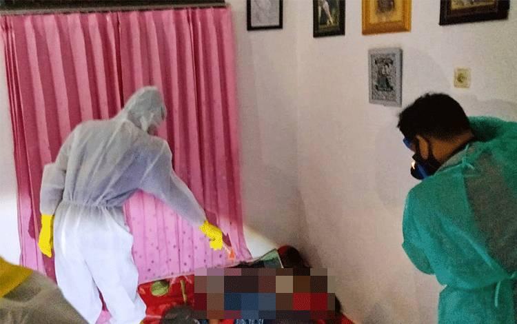 Petugas saat hendak mengevakuasi korban seniman yang ditemukan tewas ke RSUD dr Doris Sylvanus Palangka Raya.