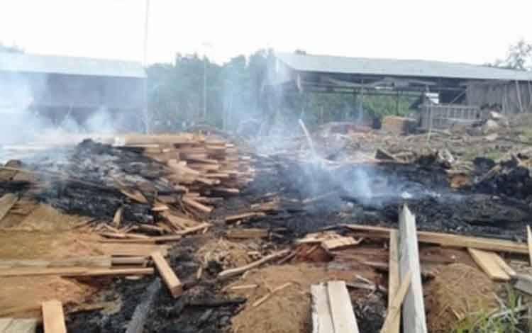 Titik api pada limbah industri di Desa Tumbang Manggu ini sebelumnya terdeteksi oleh satelit.