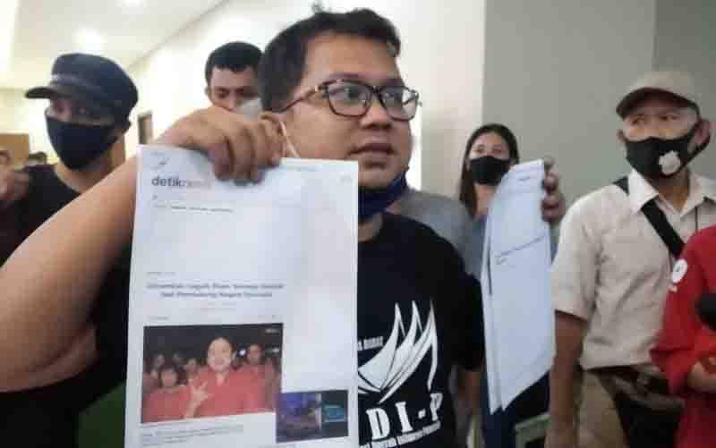 Ketua Persatuan Pemuda Mahasiswa Minang (PPMM) David memperlihatkan barang bukti yang dibawanya saat hendak melaporkan Puan Maharani di Kantor Bareskrim Polri, Jakarta, Jumat (4/9/2020). (ANTARA/ Anita Permata Dewi)