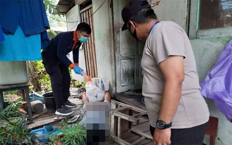 Petugas Polsek Kahayan Hilir saat menangani korban yang ditemukan meninggal depan teras rumah di Jalan Abel Gawei