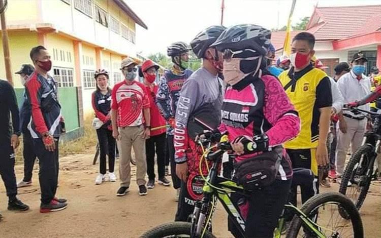 Bupati Katingan dan Wakil Bupati Sunardi Litang saat melepas peserta gowes pesona Samba.