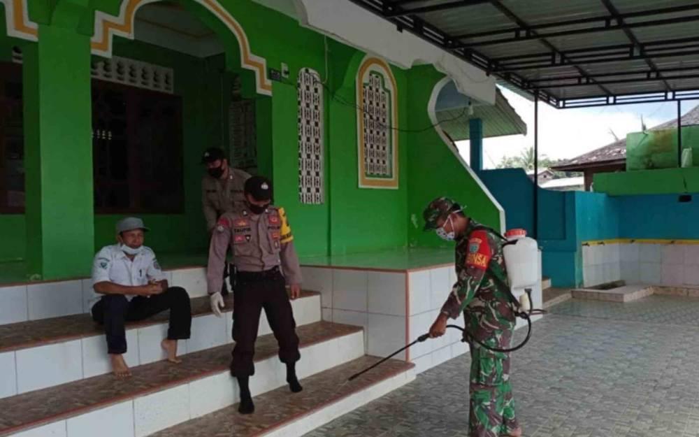 Polsek Permata Intan bersama TNI dan masyarakat melakukan penyemprotan disinfektan.