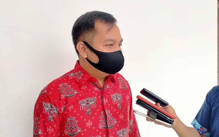 Anggota DPRD Gunung Mas, Evandi memberikan keterangan kepada awak media usai RPD bersama PT HPL, Senin, 7 September 2020.