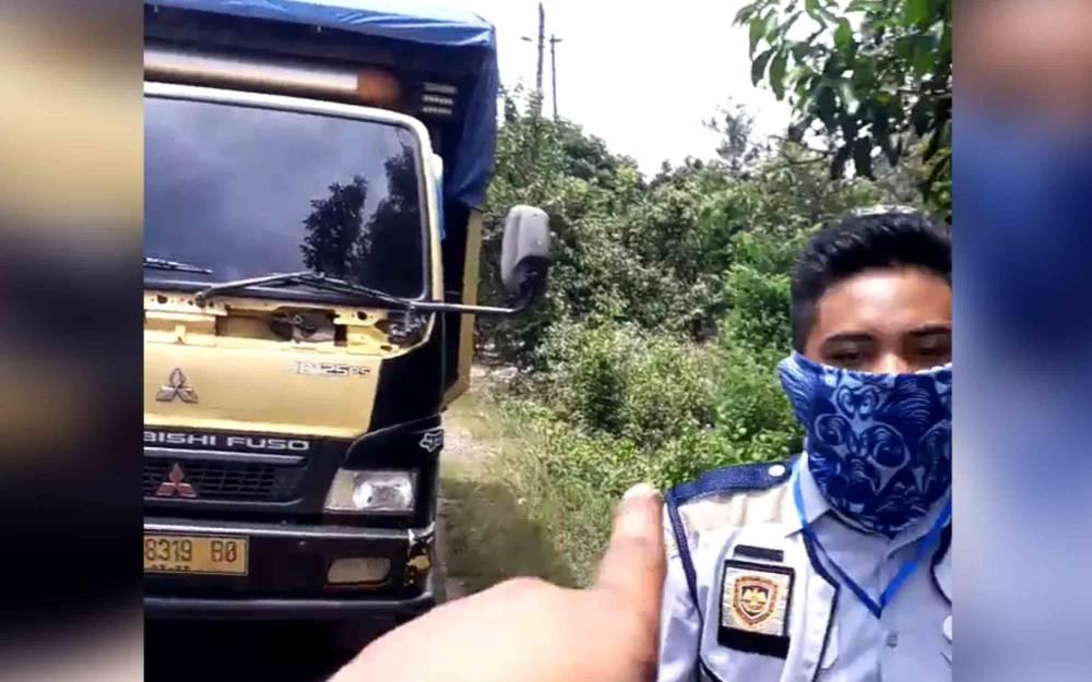 Tangkapan layar video viral petugas jembatan timbang mengejar dan menghadang truk