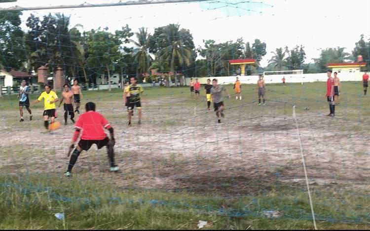 Persepun FC bersama anak muda di Palangka Raya merayakan Haornas dengan bermain sepakbola.