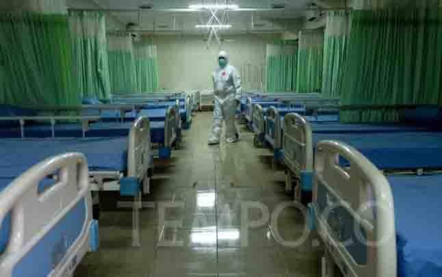 Petugas medis menyiapkan ruang perawatan isolasi tambahan di Stadion Patriot Chandrabhaga, Bekasi, Jawa Barat, Rabu, 9 September 2020. (foto : TEMPO/Hilman Fathurrahman W)