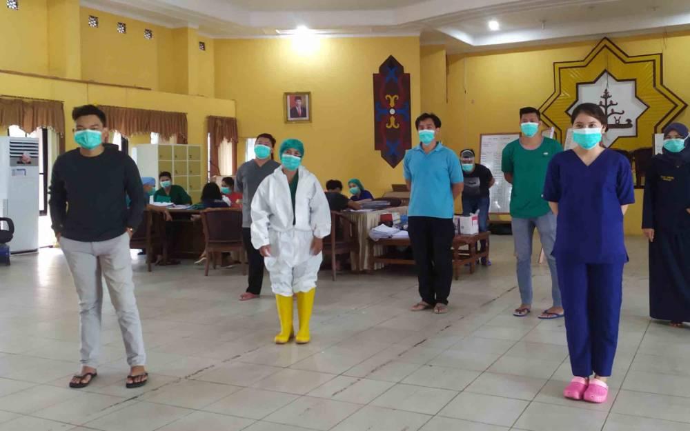 Tenaga medis yang merawat pasien Covid-19 di Asrama Haji Almabrur Palangka Raya
