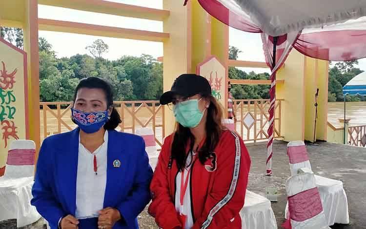 Anggota DPRD Gunung Mas, Rayaniatie Djangkan (kiri) didampingi Anggota DPRD, Naomi Aprilia ketika foto bersama usai apel gabungan di Taman Kota Kuala Kurun