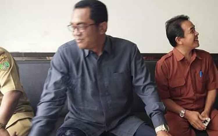 Ketua DPRD Kota Palangka Raya, Sigit Karyawan Yunianto (tengah) sedang bicara santai usai melaksanakan Paripurna.