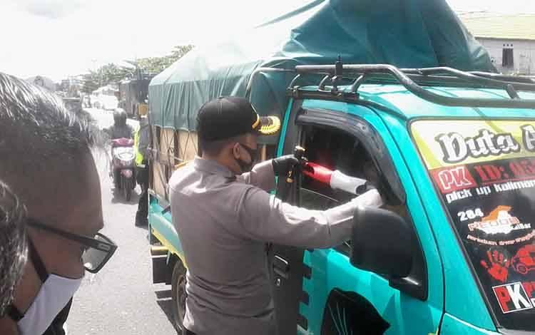 Kapolres Katingan AKBP Andri Siswan Ansyah membagika masker kepada pengguna jalan.