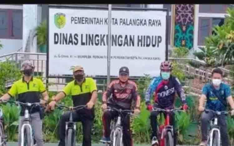 Kepala Dinas Lingkungan Hidup Kota Palangka Raya, Achmad Zaini bersama jajaran saat mengkampanyekan gemar bersepeda
