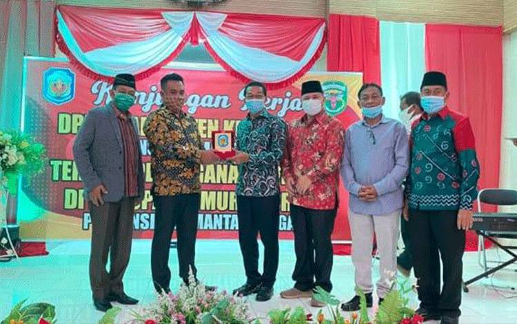 Bupati Murung Raya Perdie M. Yoseph, Ketua DPRD Murung Raya Doni , Wakil Bupati Rejikinnor dan Waket DPRD Likon saat menyerahkan cinderamata kepada perwakilan DPRD Kutai Barat. (Foto Trisno)