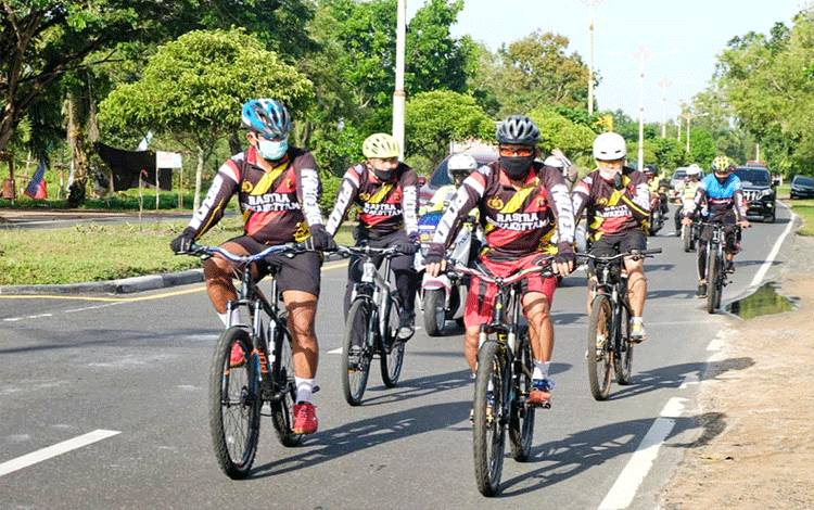 Kapolda Kalteng Irjen Pol Dedi Prasetyo bersama Wakilnya Brigjen Pol Indro Wiyono dan pejabat utama memantau Kamtibmas dengan bersepeda.