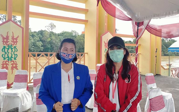 Anggota DPRD Gunung Mas Naomi Aplrilia (kiri) dan Rayanite Djangkan saat menghadiri kegiatan di Taman Kota Kuala Kurun belum lama ini.