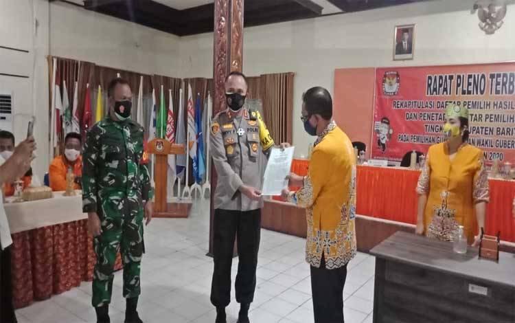 Ketua KPU Barsel, Bahruddin menyerahkan DPS kepada Kapolres AKBP Devy Firmansyah