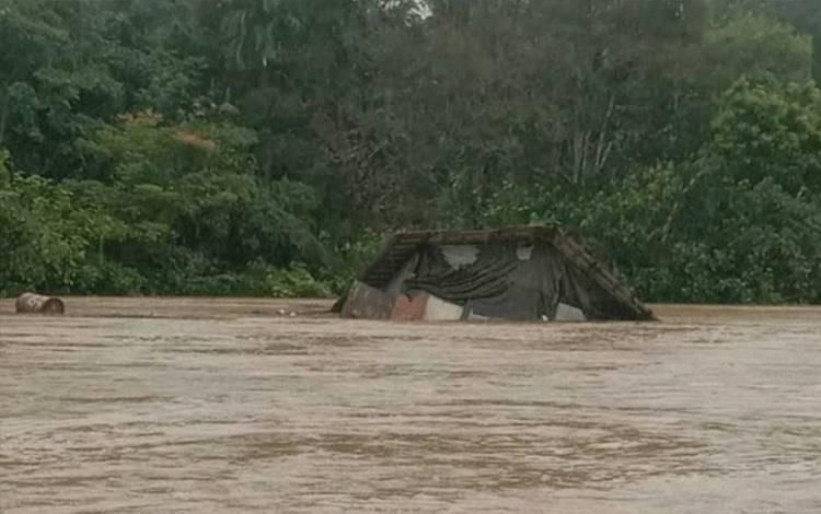 Satu unit rumah warga hanyut diterjang banjir di Sungai Katingan wilayah Tumbang Sanamang.