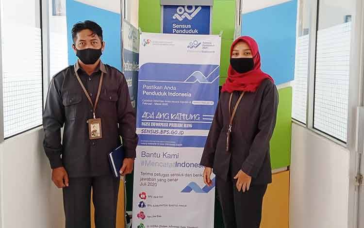 Staf Seksi Statistik Sosial BPS Barito Timur, Mia Ardhilia (kanan)