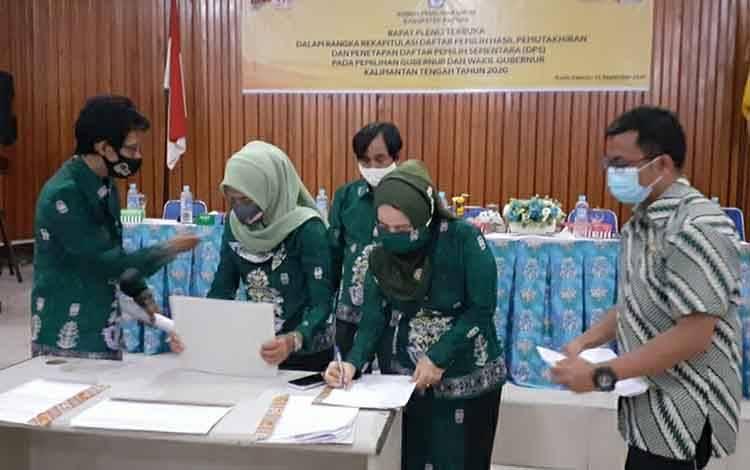 Jajaran KPU Kapuas menandatangani berita acara rapat pleno terbuka tetapkan daftar pemilih sementara
