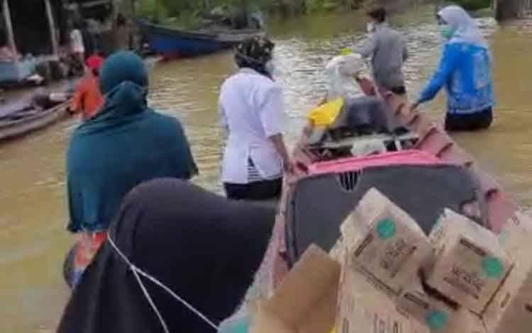 Sejumlah tim medis dari Puskesmas saat membagikan obat-obatan kepada masyarakat terdampak banjir