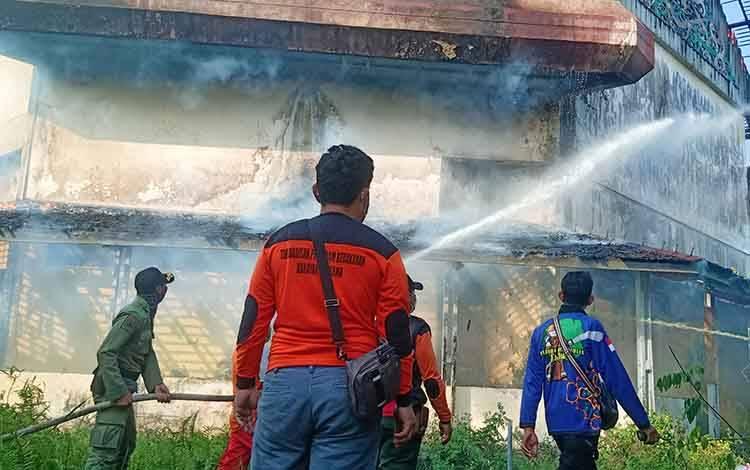 Petugas Damkar saat melakukan pemadaman api