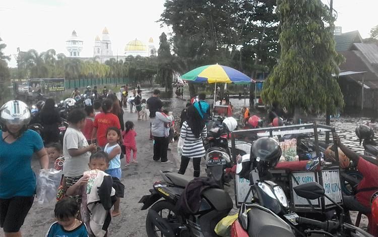 Ruas jalan menuju Taman Religi maupun Masjid Baitul Yaqin Kasongan yang terendam banjir dimanfaatkan warga tetutama anak-anak untuk bermain dan mandi.