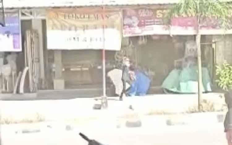 Screenshot video pelaku perampokan yang terjadi di Toko Emas Leo Baru, Jalan Ahmad Yani, Pasar Baru Desa Karang Mulya, Kecamatan Pangkalan Banteng, Selasa 15 September 2020