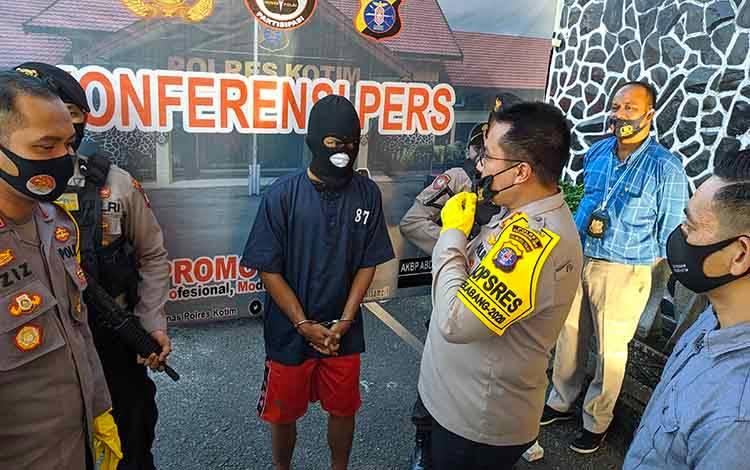 Kapolres Kotim AKBP Abdoel Harris Jakin saat introgasi tersangka jambret, Selasa, 15 September 2020