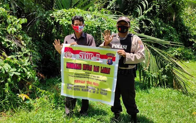 Personel Polsek Seruyan Hilir memberikan sosialisasi pencegahan Karhutla