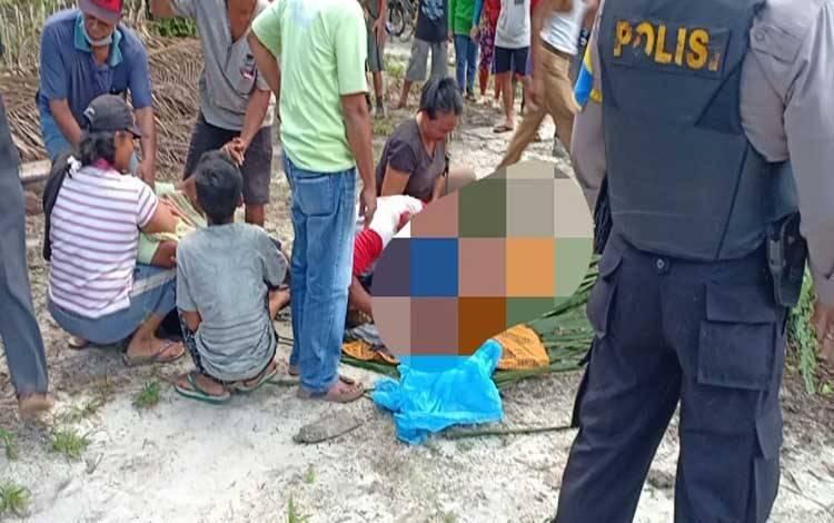 Penemuan jenazah korban tenggelam di sekitar gosong seberang peramuan Korintiga yang berlokasi di dekat Pelabuhan Kalaf, Kecamatan Kumai, Selasa 15 September 2020
