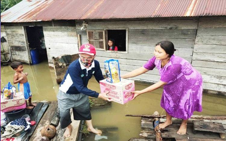 Bupati Seruyan Yulhaidir saat memberikan bantuan sembako kepada masyarakat yang terdampak bencana banjir di Desa Ayawan, Minggu (13/9/2020). ANTARA/HO