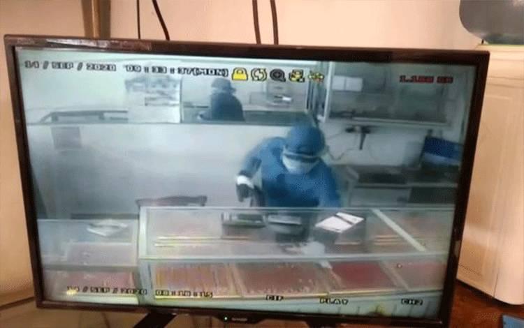 Tangkap Layar Rekaman CCTV Aksi Pelaku Perampokan Berpistol, Gasak 1 Kg Emas Seharga 1/2 Miliar