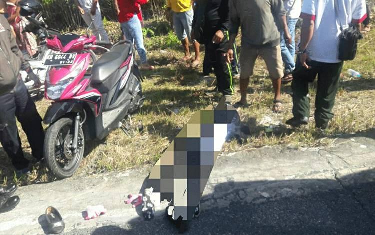 Korban kecelakaan saat hendak dievakuasi, di ruas Jalan Lintas Palangkaraya - Buntok, tepatnya di Desa Timpah, Kecamatan Timpah, Kabupaten Kapuas pada Rabu, 16 September 2020.