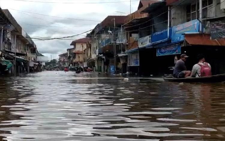 Ribuan rumah warga terendam banjir dengan ketinggian hingga dua meter di Kabupaten Melawi, Kalbar. (Istimewa)