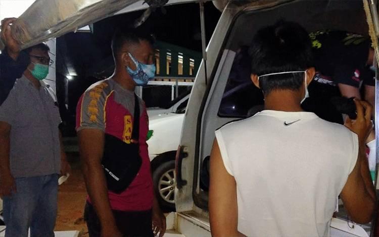 Sejumlah anggota kepolisian saat melakukan evakuasi korban tewas tenggelam akibat banjir/