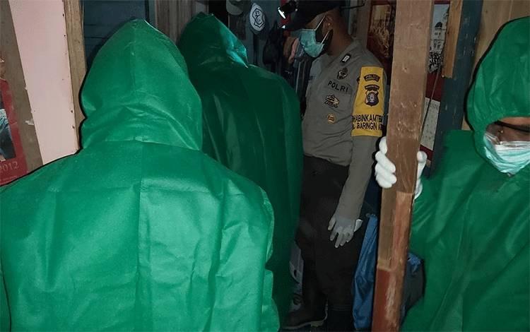 Evakusi mayat yang ditemukan membusuk