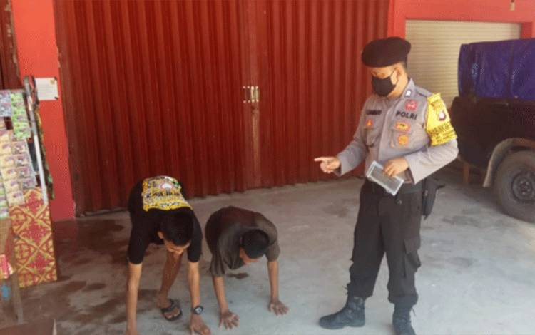 Dua pemuda tidak pakai masker di Kecamatan Rungan saat menerima sanksi phus up dari atgas Terpadu Gugus Tugas Covid-19 kecamatan setempat, Rabu, 16 September 2020.