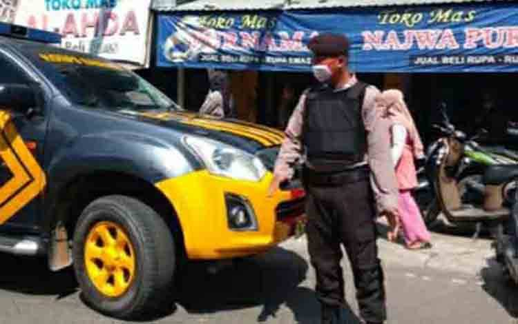 Personel Satsabhara Polres Kapuas melakukan patroli di seputaran komplek pertokoan emas di Kuala Kapuas.
